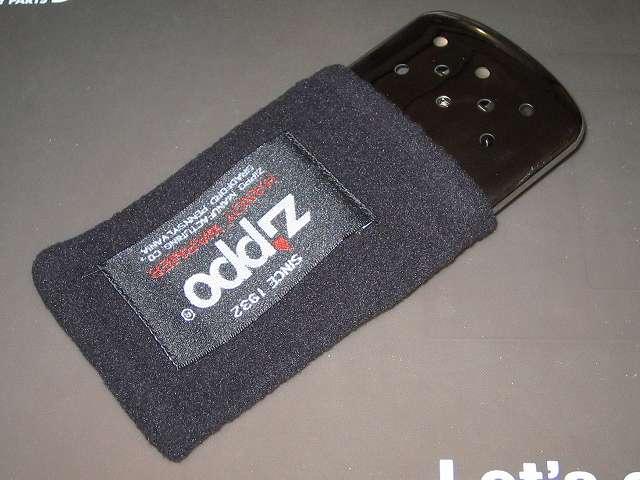 Zippo ハンディウォーマー用 フリース袋 ZHF-BK にハンディウォーマー本体を収納