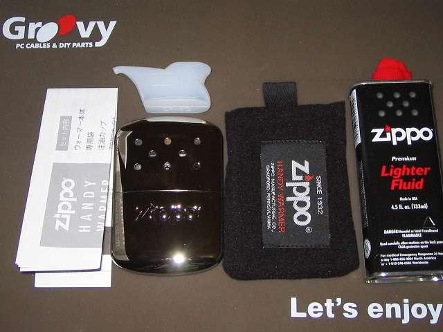Zippo ハンディウォーマー & オイルセット ZHW-15 パッケージから取り出した、注油カップ、オイル缶(133ml)、専用フリース袋、取扱説明書、ハンディウォーマー本体