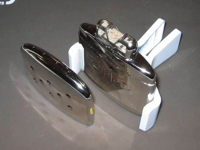 Zippo ハンディウォーマー & オイルセット ZHW-JF 山田化学 携帯クリップスタンドでハンディウォーマー本体を掴んで立たせた状態