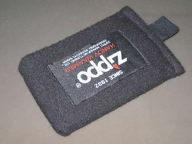 Zippo ハンディウォーマー & オイルセット ZHW-JF、点火して発熱したハンディウォーマーにキャップを取り付けて、専用フリース袋に入れたところ