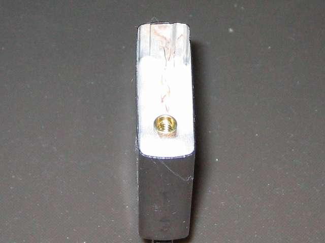 Zippo ジッポー スタンダード クローム バレル仕上げ 207 インサイドユニット内にほぐしたレーヨンボール(白い綿)を 1個分(2回目)詰め込んだあと、ウィック(芯)の末端を曲げてレーヨンボールに密着させる