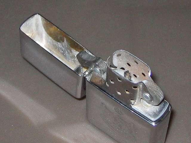 Zippo ライター メンテナンス、キャップを開けたところ、キャップ内とインサイドユニットの汚れ