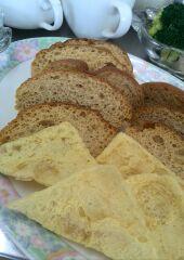 カリカリのパンや揚げチップスにディプも