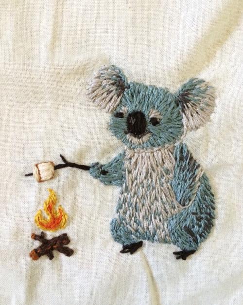 マシュマロを焼くコアラの刺繍