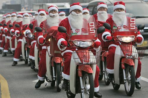 カブに乗るサンタクロースのバイク集団