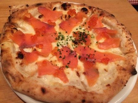 スモークサーモンといくらのピザ