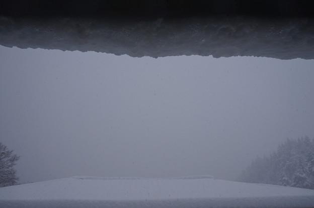 屋根からこぼれそうな雪