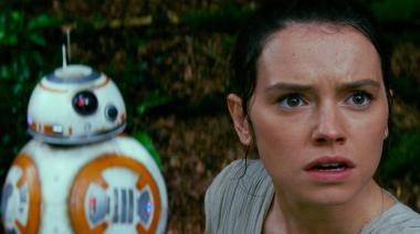 J・J・エイブラムス 『スター・ウォーズ/フォースの覚醒』 レイ役のデイジー・リドリーとBB-8という相棒。BB-8が転がる姿はかわいらしい。CGでないところが素晴らしいと思う。