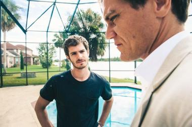 ラミン・バーラニ 『ドリーム ホーム 99%を操る男たち』 ナッシュ(アンドリュー・ガーフィールド)は憎んでいる不動産ブローカーのリック(マイケル・シャノン)に拾われる。