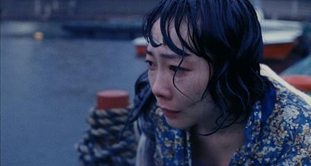 『アレノ』 湖から助け出された妻役の山田真歩。本当に寒かったらしい。