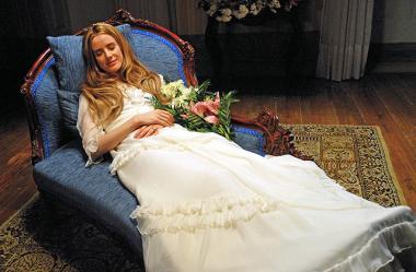 マノエル・ド・オリヴェイラ 『アンジェリカの微笑み』 亡くなったアンジェリカ(ピラール・ロペス・デ・アジャラ)はただ眠っているだけのよう。