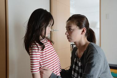 呉美保監督 『きみはいい子』 水木雅美(尾野真千子)は娘のあやね(三宅希空)に手をあげてしまう。