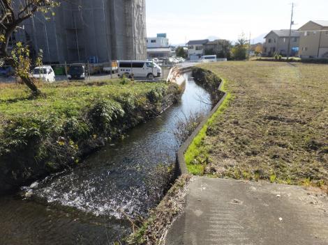 中郷温水池から始まる用水路