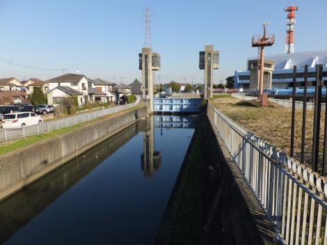 三郷排水機場へ向かう第二大場川