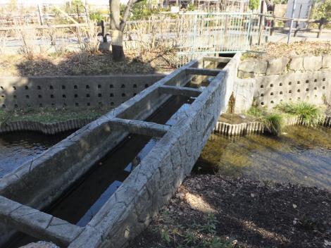 二ケ領用水を渡る五ケ村堀の掛け樋