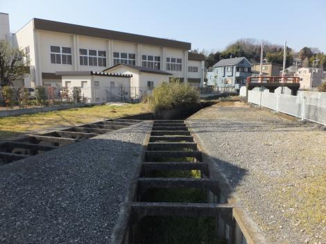 旧三沢川の分水路・東菅小付近