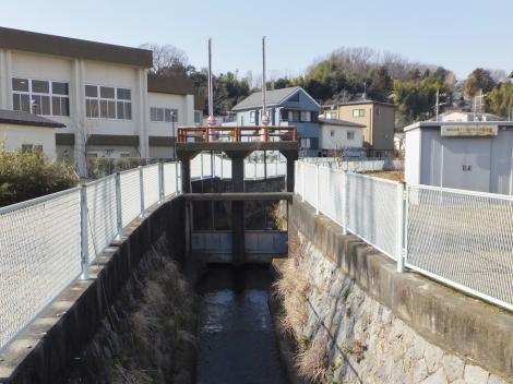 旧三沢川の水門・東菅小付近
