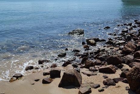 061波打ち際岩