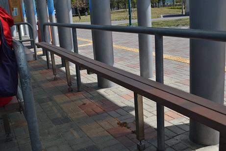 037バス停の椅子