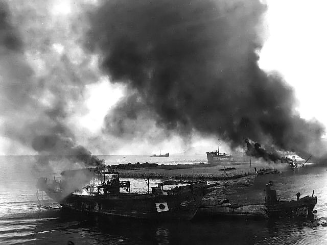 Burning_Japanese_barges_and_boats.jpg