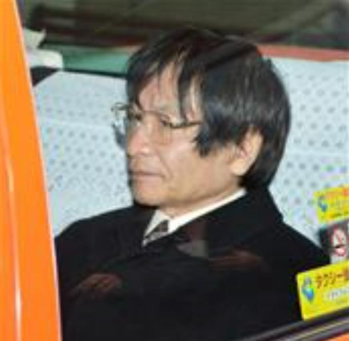 病院を訪れる尾木教授