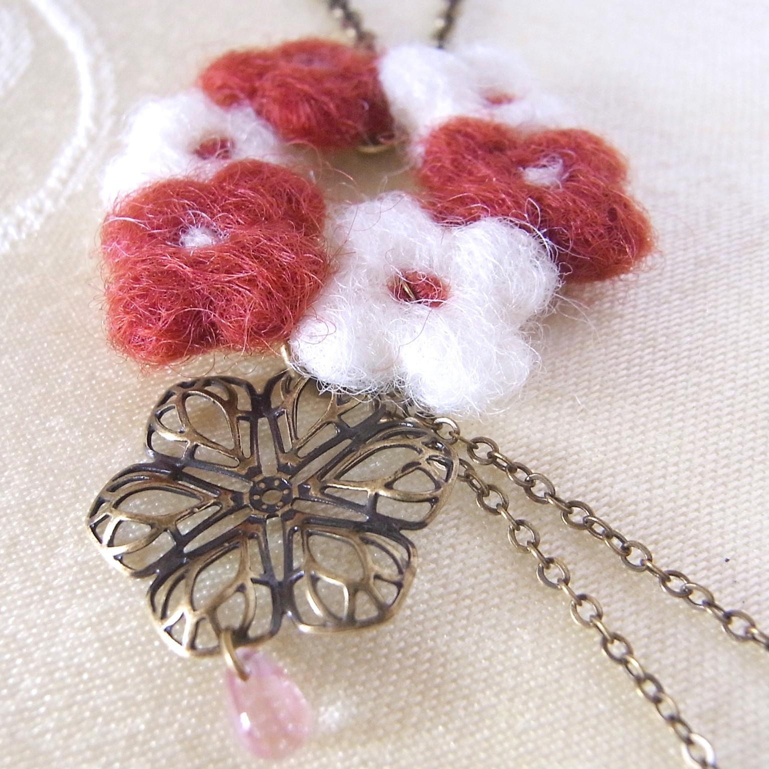 小花のネックレス紅茶色
