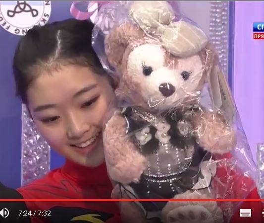 お揃い衣装の熊のぬいぐるみに笑顔のジジュン