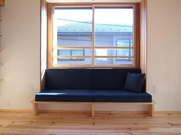 出窓ソファー