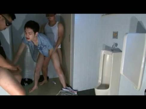 悪魔の公衆トイレに入ってしまったショタ系男子がゴーグルマンブラザーズの生贄となりキツアナルを掘られまくる3Pレイプ!【ゲイ動画】