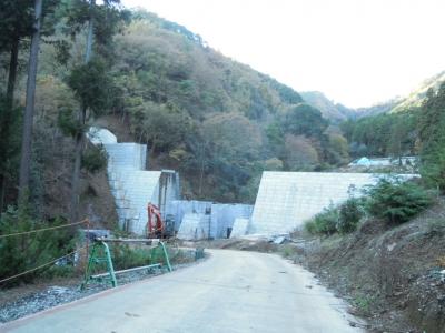 建設中砂防堰堤