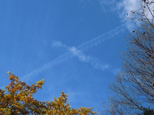 空にXの飛行機雲。