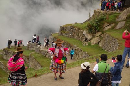ペルーの民族衣装を着た女性