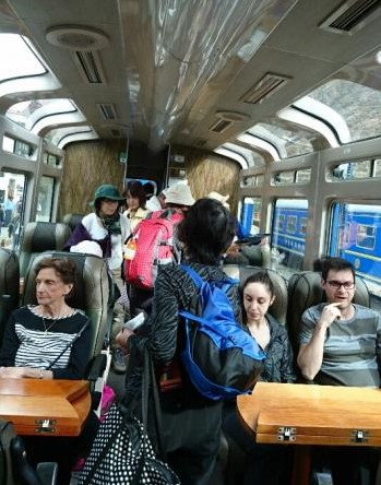 ペルーレイル展望列車の車内
