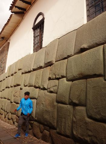 12角の石と少年