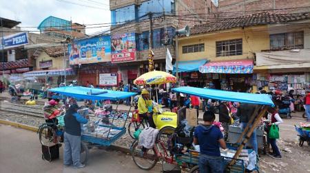 クスコ周辺、鉄道の線路で商売するペルーの人たち