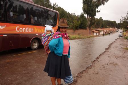 子供をおぶったペルー人女性