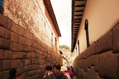 右側はインカの石壁、左側は植民地時代