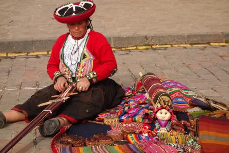 クスコの路上、民族衣装の女性