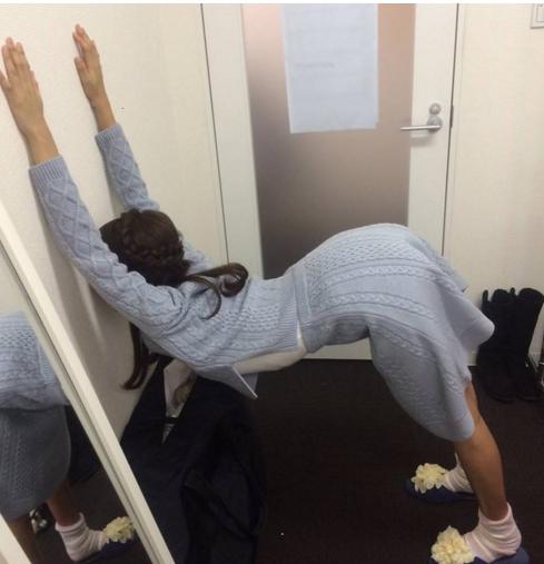 「黒すぎる女子アナ」岡副麻希のストレッチ写真が衝撃すぎて話題に 「驚きの柔らかさ!」「シュールww」
