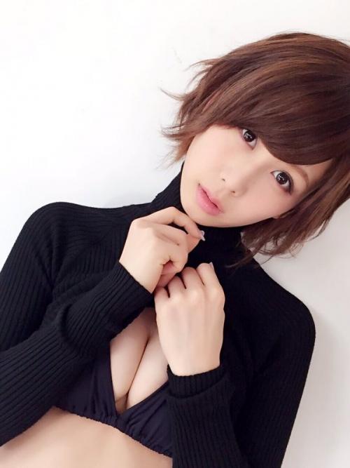 大家志津香、胸の谷間を見せた写真がセクシーすぎて話題に