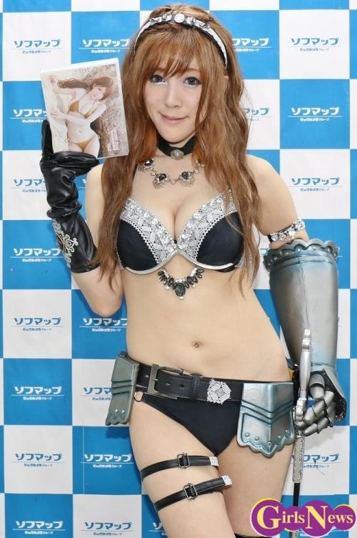 コスプレイヤー 神崎りのあ 女騎士をイメージした衣装で登場