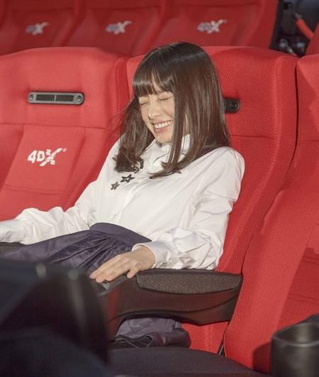 """橋本環奈が""""初体験""""に興奮、4DXの特殊効果で今年の初雪も体験。"""