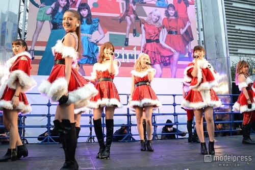 E-girls、ミニスカサンタ姿でサプライズ降臨 3000人が「可愛い~!」と熱狂
