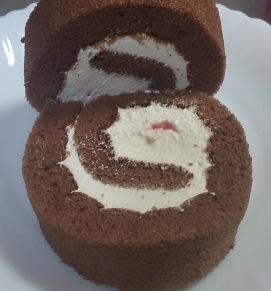 あまおう苺とチョコのロールケーキ02