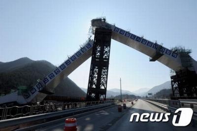 コリアボカン 平昌五輪向けに建設中の橋が崩落 崩壊