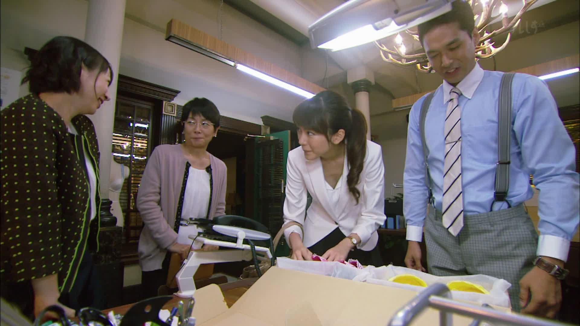 ドラマ「アンダーウェア」でブラウスを着た桐谷美玲の胸