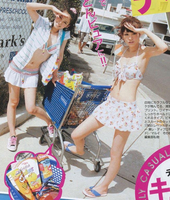 雑誌「SEVENTEEN」で水着を着た武井咲と桐谷美玲