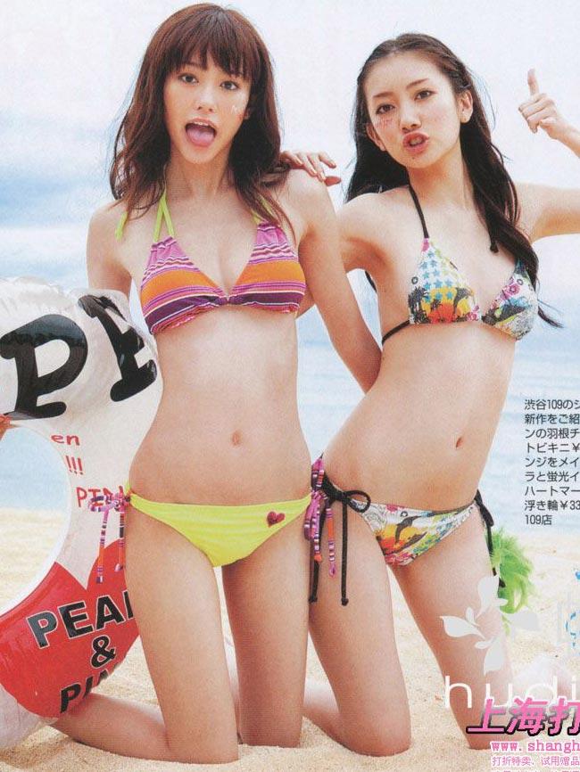 雑誌「SEVENTEEN」で水着を着た桐谷美玲と波瑠