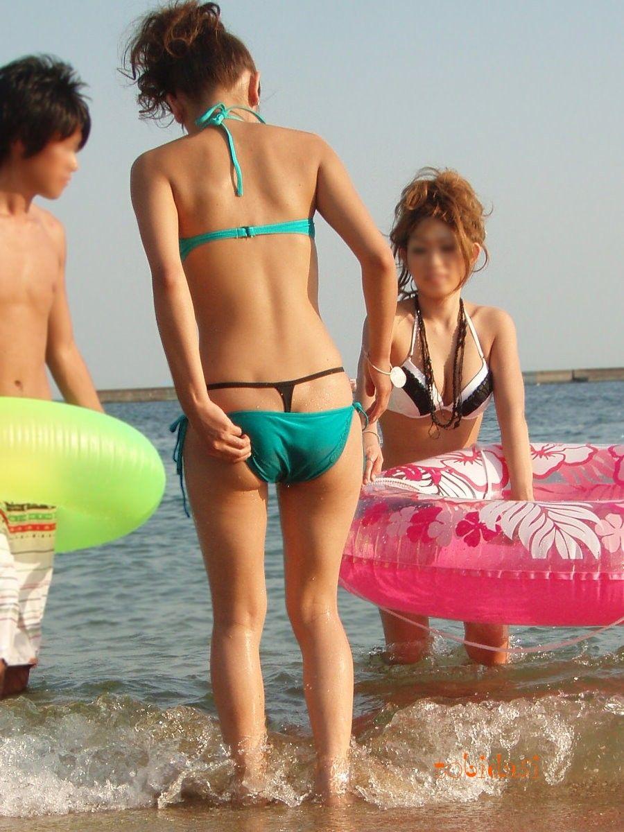 パンツずり落ち水着を着たドスケベな女の子が激写される