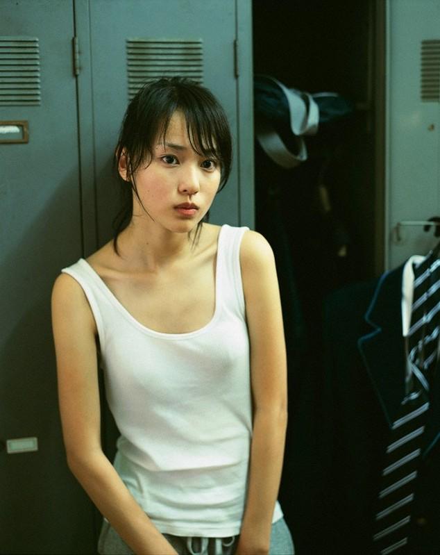 戸田恵梨香のタンクトップグラビア